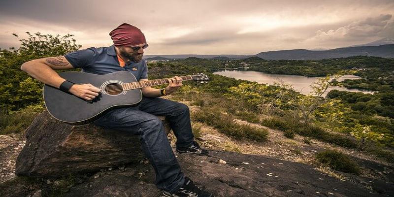 guitarist-407212_640-1